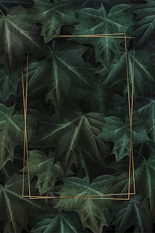 Прямоугольная золотая рамка на рисованной фоне зеленого кленового листа