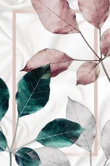 金属の葉のパターンの背景に長方形のピンクゴールドフレーム