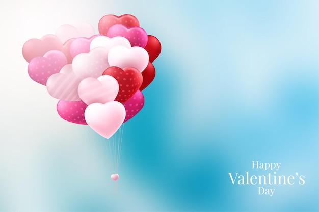 Красные и розовые шары в форме сердца на синем фоне на день святого валентина