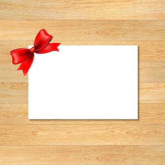 Красный бант и пустая подарочная бирка с деревянными обоями, с градиентной сеткой