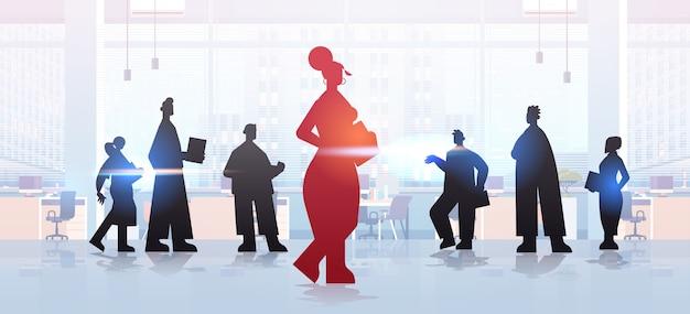 赤い実業家のリーダーのシルエットビジネスマングループリーダーシップビジネス競争の概念の前に立ってモダンなオフィスインテリア全身イラスト