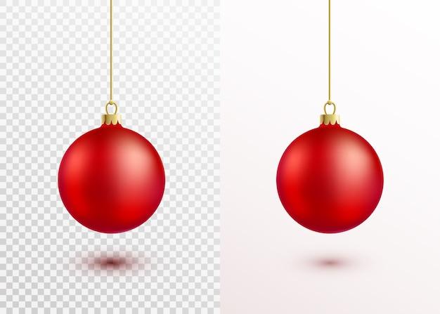 分離された金の紐にぶら下がっている赤いクリスマスボール。影と光でリアルなクリスマスの装飾