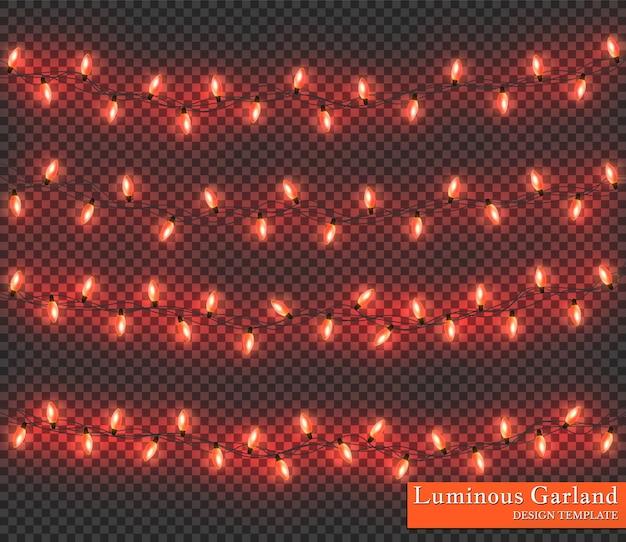 赤い色の花輪、お祝いの装飾。透明な背景に分離された輝くクリスマスライト。