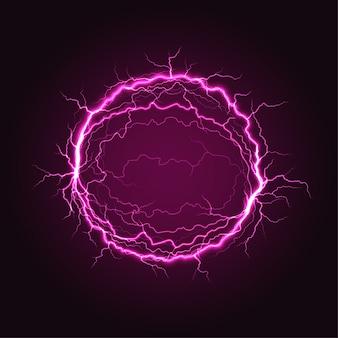 暗い背景に強力な雷放電を伴う赤い電気プラズマボール球。