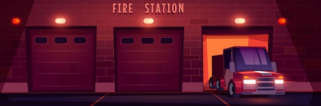 Il camion rosso di soccorso di emergenza guida dalla stazione dei vigili del fuoco di notte.
