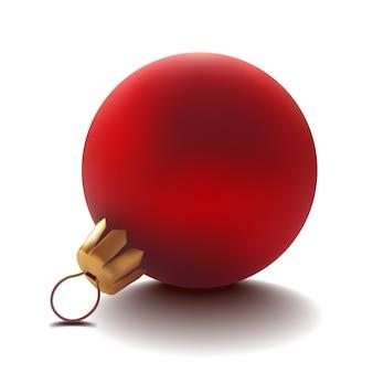 赤いガラスのクリスマスボールがテーブルの上に横たわっています