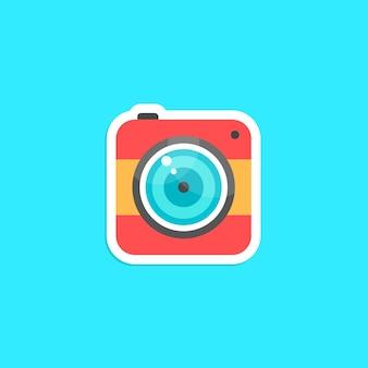 赤い流行に敏感な写真カメラアイコンステッカー。ソーシャルネットワーク、モバイル写真、スマートフォンアプリ、フォトアートの概念。青い背景に分離。フラットスタイルのトレンディなモダンなロゴタイプデザインベクトルイラスト