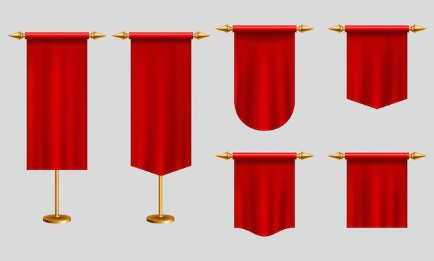 赤い長いペナントは、金のスタンドにさまざまな形の旗を立てます