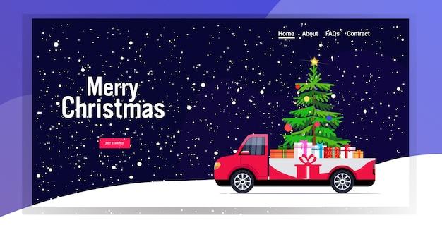 モミの木とギフトプレゼントボックスが付いている赤いピックアップ車メリークリスマス明けましておめでとう冬の休日