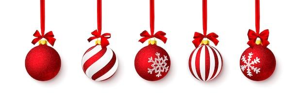 赤い弓で輝く赤い光沢のあるキラキラクリスマスボール