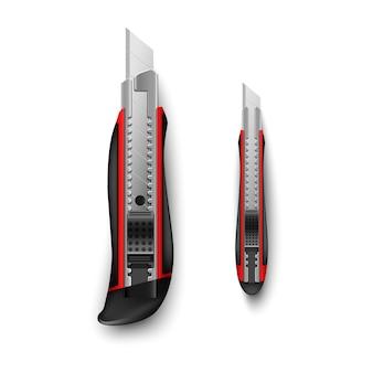 Красный канцелярский нож большой и маленький на белом фоне