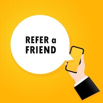 친구를 추천합니다. 거품 텍스트와 스마트폰입니다. 텍스트가 있는 포스터 친구를 참조하십시오. 만화 복고풍 스타일입니다. 전화 앱 연설 거품.