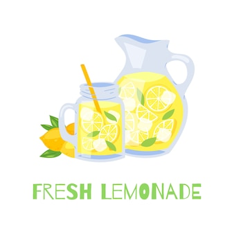 ストロー付きのさわやかなレモネードガラスの瓶とレモンとアイスキューブのピッチャー