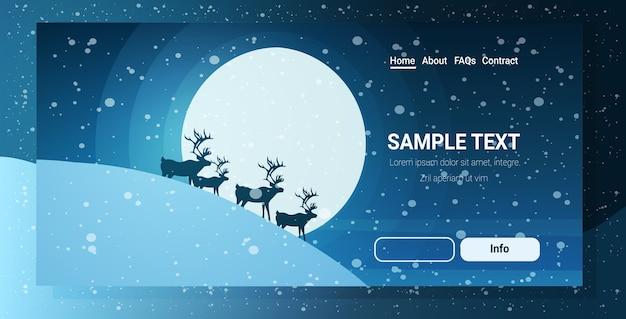 夜空の満月の上のトナカイのシルエット雪山メリークリスマス明けましておめでとうございます冬の休日コンセプトランディングページ