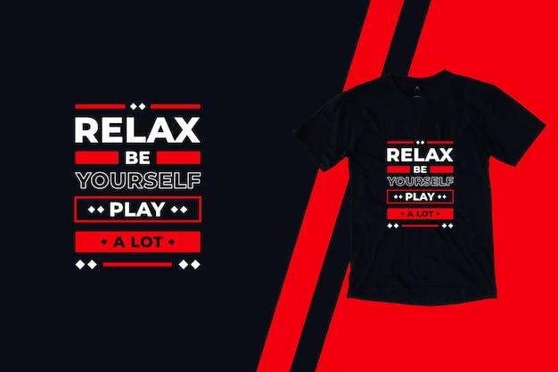 Расслабьтесь, будьте самим собой, играйте много современных цитат дизайн футболки Premium векторы