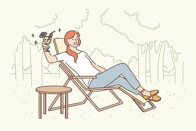 リラクゼーションとレジャー活動のコンセプト。デッキチェアに座って、屋外で一人でリラックスして派手なカクテルを飲むきれいな女性の漫画のキャラクターの笑顔ベクトルイラスト