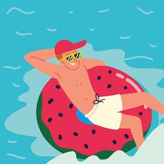 Расслабленный мужчина в плавающем кольце