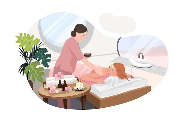 Расслабленная женщина получает массаж спины в роскошном спа-салоне с профессиональным массажистом