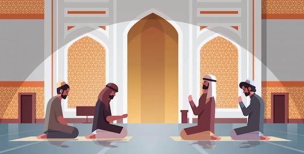 Религиозные мусульмане на коленях и молятся внутри мечети набави рамадан карим священный месяц религия концепция полная длина горизонтальный