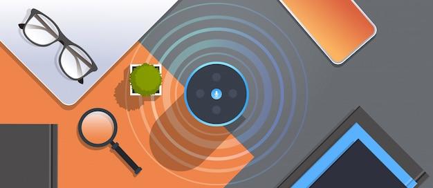 직장 desctop 음성 인식 활성화 디지털 조수 자동 명령 보고서 개념 상단 각도보기 평면 수평에 상대적 스마트 스피커