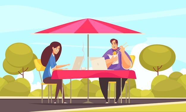 リモートの柔軟な雇用は、カフェのテラスで屋外で働くカップルのフリーランサーとのフラットな漫画構成の利点