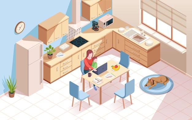 Удаленный работник на кухне делает работу ребенка женщины