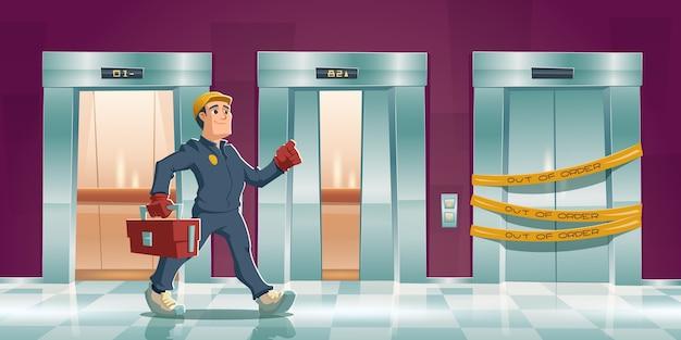 家やオフィスの廊下で黄色の縞模様の男と故障したエレベーターを修理します。リフトドアが開いている漫画廊下とツールボックスのメカニック。壊れたエレベーターのメンテナンスサービス