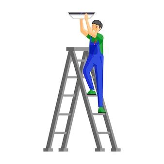 Ремонтник установка лампы плоской иллюстрации. жизнерадостный мужской электрик стоя на персонаже из мультфильма лестницы. разнорабочий в форме крепления лампы к потолку, изолированные на белом
