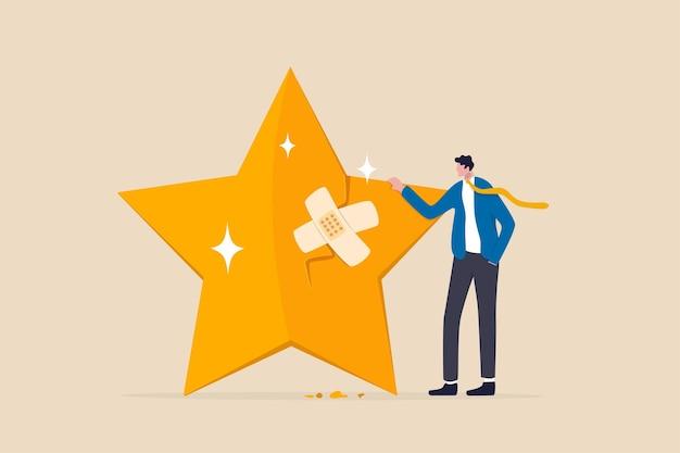 평판 관리, 고객 경험 또는 등급, 고객 신뢰 문제, 신용 점수 또는 만족도 개념을 수리하거나 수정하기 위한 위기 관리, 사업가는 붕대로 깨진 등급 별을 수정합니다.