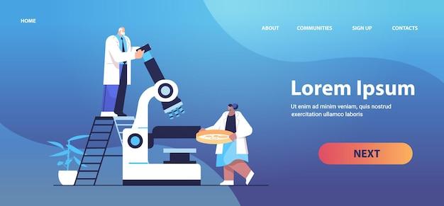 実験室の分子工学で化学実験を行う顕微鏡研究者と協力する研究科学者チーム