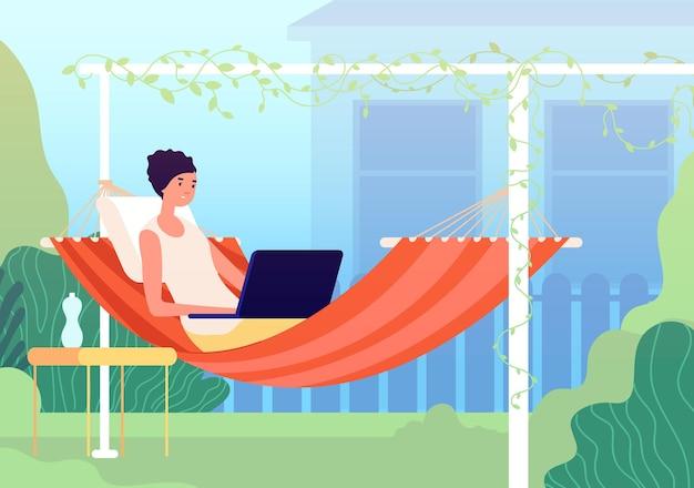 해먹에서 휴식을 취하십시오. 여름 발코니, 정원 가꾸기는 뒤뜰에서 휴식을 취하십시오. 노트북이 있는 정원에서 휴식을 취하는 현대 여성은 휴일 벡터 개념에서 일합니다. 여름 해먹 라이프 스타일 휴가, 작업 및 스윙 그림