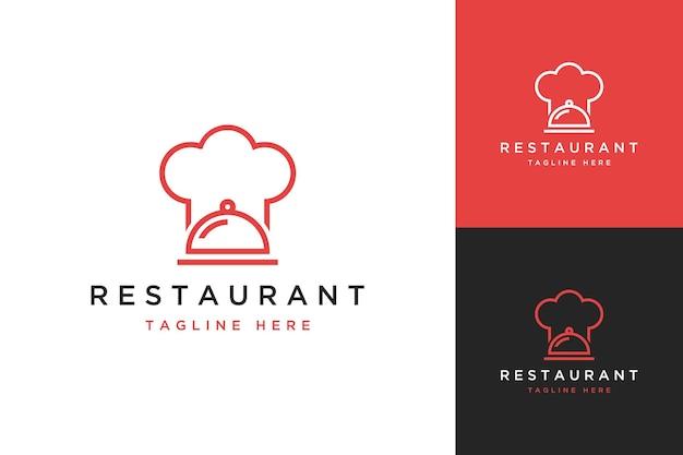 レストランのデザインのロゴまたはサービングフード付きのシェフの帽子