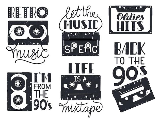 Ретро кассеты надписи. рисованной ретро музыки аудиокассеты фразы, набор иконок надписи аудиозаписи. иллюстрация музыкальной кассеты рисованной, старинные надписи 90-х