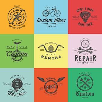 レトロなカスタム自転車ラベルまたはロゴテンプレートセット。チェーン、ホイール、サドル、ベル、レンチなどの自転車のシンボル。ヴィンテージタイポグラフィ。