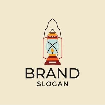 Ретро газовый фонарь изображен над образцом надписи для слогана бренда на дизайне футболки для пеших прогулок