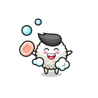 Персонаж из рисовых шариков купается, держа в руках мыло, милый стильный дизайн для футболки, наклейки, элемента логотипа