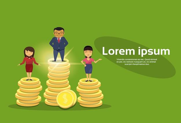 Группа богатых деловых людей стоит на стопке золотых монет