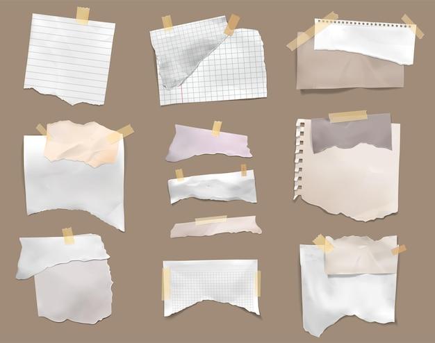 찢어진 조각 체크 페이지 줄이 그어진 종이 스틱을 골판지 현실적인 세트에 접착 테이프로 찢었습니다.