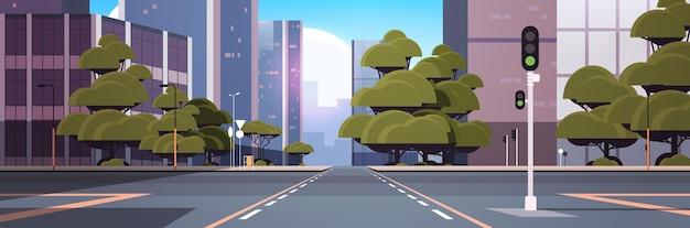 交差点と信号機のある道路の空の通り街の建物のスカイライン近代建築の街並み
