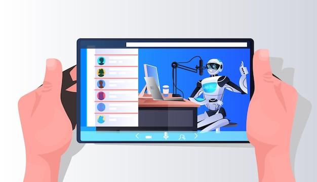 스튜디오 팟캐스팅 온라인 라디오에서 스마트폰 화면 녹음 팟캐스트에서 마이크와 대화하는 로봇 팟캐스터