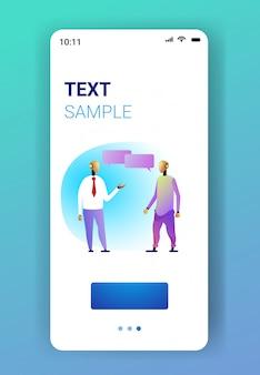 ロボットカップルビジネスキャラクター会議中に議論する人工知能技術チャットバブルコミュニケーションコンセプトスマートフォン画面モバイルアプリ全長垂直