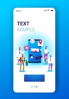 ソフトウェアで働くロボットチームは、ユーザーインターフェイス開発人工知能技術コンセプトスマートフォン画面モバイルアプリ垂直全長コピースペースを開発します。