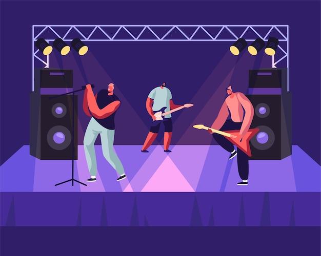 무대에서 뮤지컬 콘서트를 수행하는 록 밴드. 일렉트릭 기타리스트와 가수가 현장에서 거대한 다이내믹 근처에 서 있습니다.