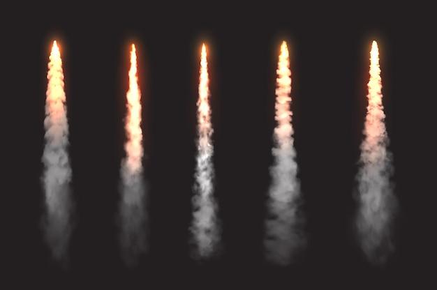 Следы дыма огня ракеты, элементы дизайна вектора облаков запуска запуска космического корабля. пламя огня космического реактивного самолета, самолет или шаттл прямые следы в небе, реалистичный 3d набор, изолированный на черном фоне