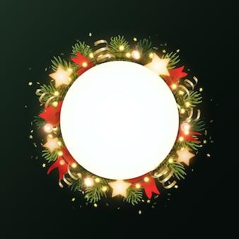 Круглый рождественский венок с еловыми ветками, светящимися звездами, золотыми серпантинами и светящимися гирляндами из луковиц. круг с copyspace.