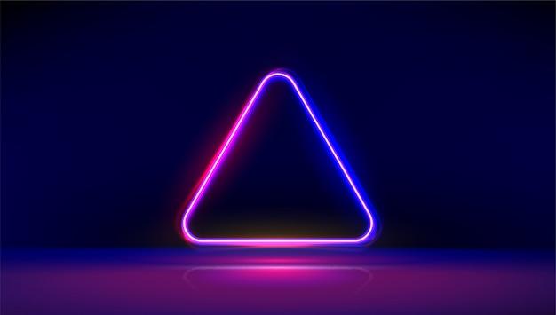 Круглый угол светящийся неоновый треугольник с отражениями на полу. современные неоновые огни психоделический фон с местом для текста