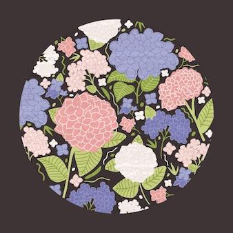 丸い装飾的なモダンな花の装飾は、葉または黒にライラックが付いた美しい咲く庭の花で構成されていました