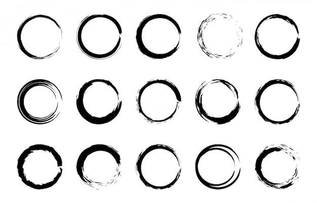 ラウンドグランジブラシフレーム。サークルとスタンプのブラシストロークの境界線、芸術的なブラシのしみ、黒のペイントフレーム要素セット。白い背景の上の絵筆リングのコレクション