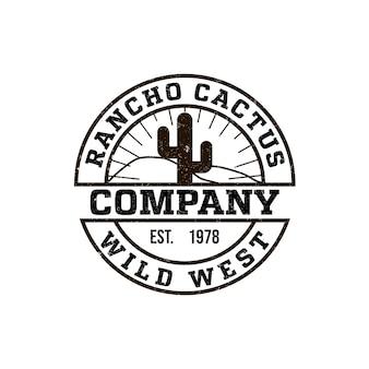 선인장 그림이 있는 원형 로고 목장. 빈티지 스타일, 초라한 배경, 단색 색상. 와일드 웨스트의 상징