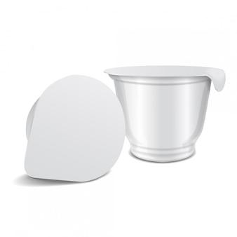 유제품 요구르트, 크림, 디저트 또는 잼을위한 포일 덮개를 가진 둥근 백색 광택있는 플라스틱 남비. 벡터 현실적인 포장 템플릿